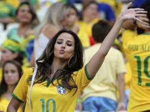 babe bresilienne maillot domicile foot Bresil 2014 coupe du monde