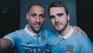 Manchester City 2015 2016 maillot domicile selfie presentation