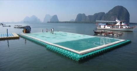 Un terrain de football sur l'eau en Thaïlande