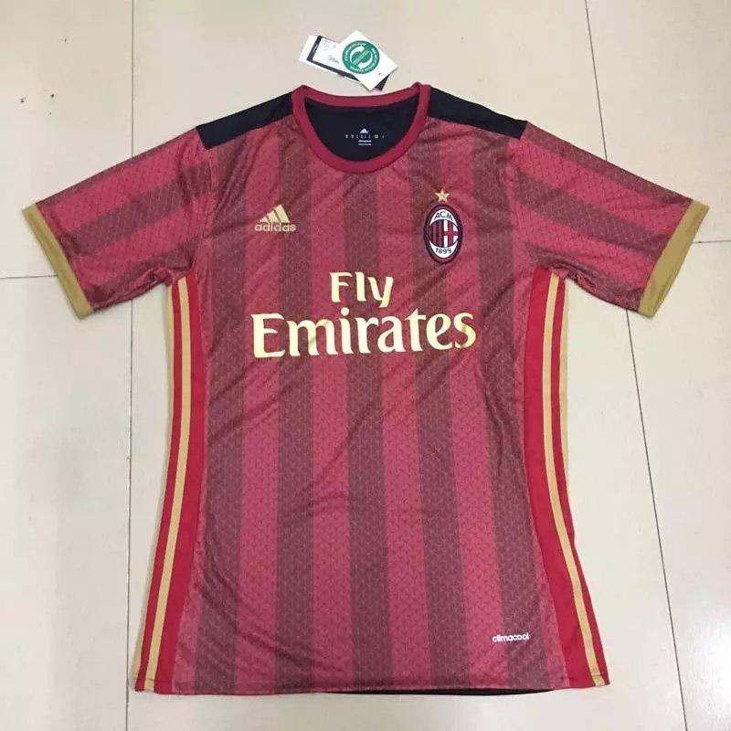 probablement un faux maillot du Milan AC