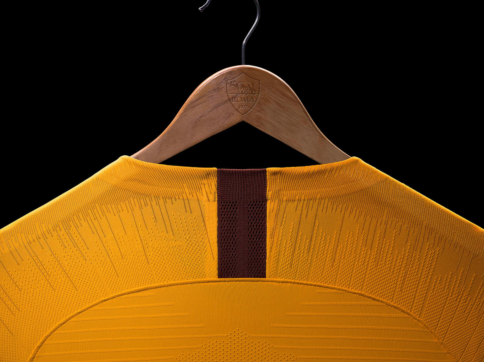AS Roma 2019 détail col maillot third